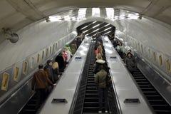 London UK, rulltrappor som förbinder de olika linjerna arkivbild