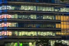 LONDON UK - 7 SEPTEMBER, 2015: Kontorsbyggnad i nattljus Canary Wharf uteliv Arkivbilder