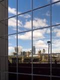 LONDON/UK - SEPTEMBER 12: Reflexion av moderna Arcitecture av t Arkivfoto