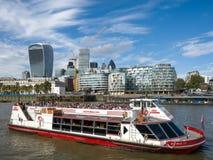 LONDON/UK - 12 SEPTEMBER: Toeristenboot die langs de rivier kruisen Stock Foto