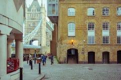 15/10/2017 London, UK, sikt på den Shad Thames gatan Arkivbild