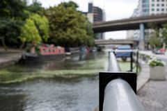 london uk Storslagen facklig kanal på lilla Venedig, Paddington Sikt från under bron in mot den Paddington handfatet royaltyfri fotografi