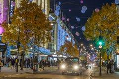 LONDON UK - 11TH NOVEMBER 2018: Sikter längs Oxford Street med färgglat julpynt och ljus Massor av folk och a arkivfoton