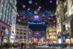 LONDON UK - 11TH NOVEMBER 2018: Sikter längs Oxford Street med färgglat julpynt och ljus Massor av människor kan vara arkivbild