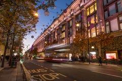 LONDON UK - 11TH NOVEMBER 2018: Sikter längs Oxford Street runt om Selfridges runt om jultid Färgglad jul arkivbilder