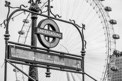 London underjordisk Westminster station och London öga - LONDON - STORBRITANNIEN - SEPTEMBER 19, 2016 Arkivfoton