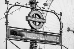 London underjordisk Westminster station och London öga - LONDON - STORBRITANNIEN - SEPTEMBER 19, 2016 Royaltyfri Foto