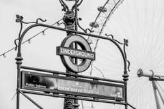 London underjordisk Westminster station och London öga - LONDON - STORBRITANNIEN - SEPTEMBER 19, 2016 Royaltyfri Fotografi