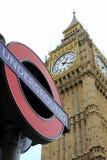London underjordiskt tecken med Big Ben i bakgrunden Royaltyfri Bild