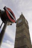 London underjordiskt tecken och Big Ben Fotografering för Bildbyråer