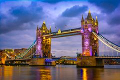 London, The United Kingdom of Great Britain: Night view of the Bridge Tower after sunset. A combined bascule and suspension bridge which crosses the River Stock Image