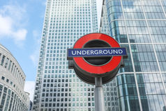 London-Untertageu-bahn-Zeichen und moderne Architektur Lizenzfreies Stockbild