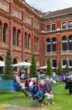 London, V&A-Museumsinnenhof mit Café Stockbilder