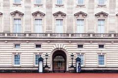 London vaktpost som är tjänstgörande på Buckingham Palace royaltyfri fotografi