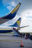 LONDON, VEREINIGTES KÖNIGREICH - 12. April 2015: Passagiere, die Ryanair Boeing B737 in Stansted-Flughafen nahe London, Großbrita Lizenzfreie Stockfotografie