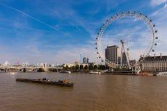 LONDON, VEREINIGTES KÖNIGREICH - 28. August 2017 - Ansicht des London-Auges und -umgebungen vom Westminster-Jahrtausend-Pier Lizenzfreies Stockfoto