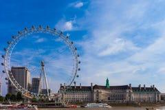 LONDON, VEREINIGTES KÖNIGREICH - 28. August 2017 - Ansicht des London-Auges und -umgebungen vom Westminster-Jahrtausend-Pier Stockbild