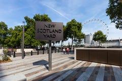 LONDON, VEREINIGTES KÖNIGREICH - 28. August 2017 - neues Scotland Yard-Zeichen mit dem London-Auge im Hintergrund Stockbilder