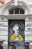 London, Vereinigtes Königreich: Graffiti der königlichen Königin im gelben Kleid in Soho Stockbilder