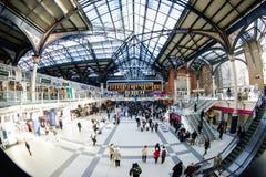 LONDON, VEREINIGTES KÖNIGREICH - 17. JANUAR 2016: Liverpool-Straßen-Station Stockfotos