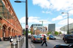 LONDON, VEREINIGTES KÖNIGREICH - 21. Juni 2016 Straßenansicht der alten Gestalt Stockfoto
