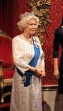 London, Vereinigtes Königreich - 20. März 2017: Königin Elizabeth II Wachsfigurwachsfigur mit 2 Porträts am Museum, London Stockfotografie