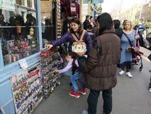 LONDON, VEREINIGTES KÖNIGREICH - 30. MÄRZ 2019: Nicht identifizierte asiatische Touristen, die an Andenken an Portobello-Markt in lizenzfreie stockfotografie