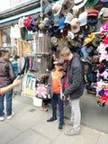 LONDON, VEREINIGTES KÖNIGREICH - 30. MÄRZ 2019: nicht identifizierte asiatische Touristen, die Kappe an Portobello-Markt in Notti lizenzfreies stockbild