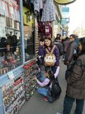 LONDON, VEREINIGTES KÖNIGREICH - 30. MÄRZ 2019: Nicht identifizierte asiatische Touristen, die an Schlüsselanhänger an Portobello stockfotos