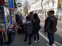 LONDON, VEREINIGTES KÖNIGREICH - 30. MÄRZ 2019: Nicht identifizierte Touristen, die Andenken an Portobello-Markt in Notting Hill  lizenzfreies stockfoto