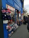 LONDON, VEREINIGTES KÖNIGREICH - 30. MÄRZ 2019: verschiedene Andenken verkauft an Portobello-Markt in Notting Hill am 30. März 20 lizenzfreies stockbild