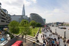 LONDON, VEREINIGTES KÖNIGREICH - 15. MAI 2015 - das Southbank mit vielen lizenzfreies stockfoto