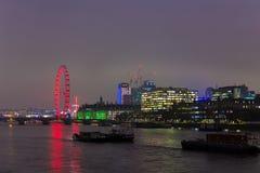 LONDON, VEREINIGTES KÖNIGREICH - 23. NOVEMBER 2018: Ein Panorama London Eyes und des Südufers der Themses stockfotos