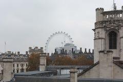 LONDON, VEREINIGTES KÖNIGREICH - 24. NOVEMBER 2018: London Eye hinter den Trachtenmode-Gebäudedächern der alten Weinlese historis stockfoto