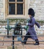 LONDON, VEREINIGTES KÖNIGREICH - 24. NOVEMBER 2018: Königlicher Schutz am Tower von London Junge Soldatmärsche nahe einem Gewehr lizenzfreie stockbilder