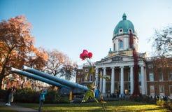 London, Vereinigtes Königreich am 18. November 2018 Kaiserkriegs-Museum mit weinenden Fenster-Mohnblumen lizenzfreies stockbild