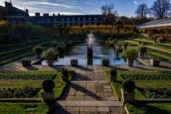 London, Vereinigtes Königreich - 13. November 2018 - Landschaftsansicht des schönen versunkenen Gartens Kensington-Palast im Hint lizenzfreie stockfotos