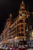 LONDON, VEREINIGTES KÖNIGREICH - 13. NOVEMBER 2018: Nachttrieb, Harrods-Kaufhaus auf Brompton-Straße in Knightsbridge lizenzfreie stockfotos