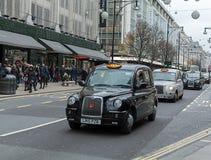 LONDON, VEREINIGTES KÖNIGREICH - 25. NOVEMBER 2018: London-Taxi, nannte Mietpferd-Wagen, schwarzes Fahrerhaus in Piccadilly Circu lizenzfreies stockfoto