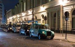 LONDON, VEREINIGTES K?NIGREICH - 25. NOVEMBER 2018: Taxischwarzfahrerhaus im Parkplatz an Victoria-Station stockbilder