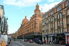 LONDON, VEREINIGTES KÖNIGREICH, AM 26. SEPTEMBER 2014: Verkehr im Brompton Rd und in Harrods Stockfotografie