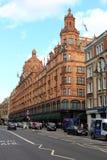 LONDON, VEREINIGTES KÖNIGREICH, AM 26. SEPTEMBER 2014: Verkehr im Brompton Rd und in Harrods Lizenzfreie Stockfotografie