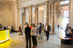 London-, Victoria- und Albert Museum-Ausstellungshalle V&A-Museum ist das größte Museum der Welt von dekorativen Künsten und von  Lizenzfreie Stockbilder