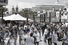 LONDON, viele Leute, die durch die Themse gehen Stadt von London im Wochenende Lizenzfreies Stockbild