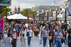 LONDON, viele Leute, die durch die Themse gehen Stadt von London im Wochenende Stockbild