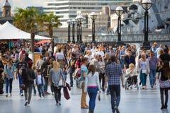 LONDON, viele Leute, die durch die Themse gehen Stadt von London im Wochenende Stockbilder