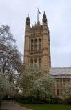 LONDON WESTMINSTER, UK - APRIL 05, 2014 hus av parlamentet och parlament står högt, beskådar från de Victoria Tower trädgårdarna Royaltyfria Bilder