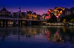 london wielkiej brytanii 22nd 2017 Maj Charing krzyża Stacyjny i Złoty Jubileuszowy footbridge odbija w Rzecznym Thames przy nocą fotografia stock