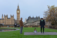 London: World's Tallest Man and Shortest Man meet on Guinness World Record Stock Photos