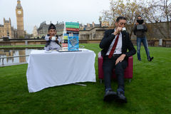 London: World's Tallest Man and Shortest Man meet on Guinness World Record Stock Photo